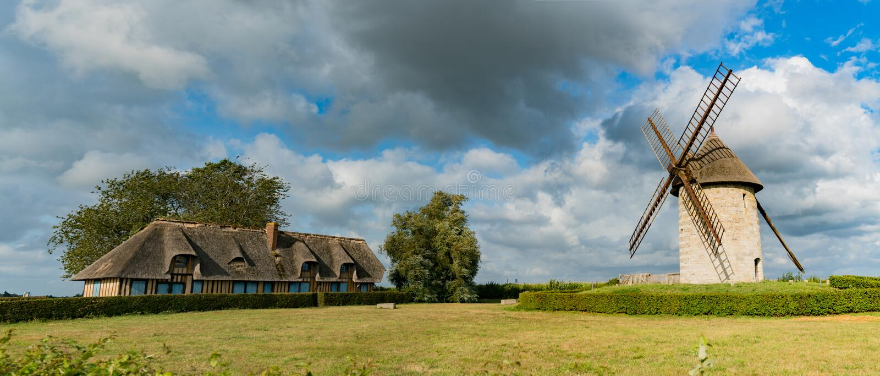 Bekijk de historische windmolen Moulin de Pierre en miller's huis in Hauville in Normandië stock foto