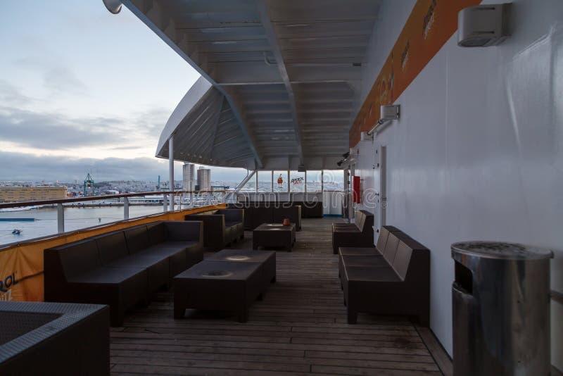 Bekijk de lege buitenzitkamer bij de autoveerboot Silja Symphony op een koude de winterdag stock foto's