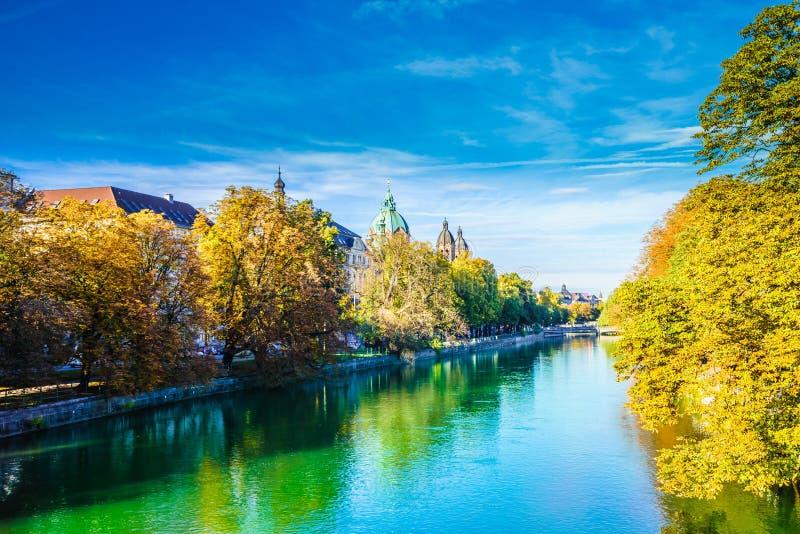 Bekijk de prachtige natuurlijke landcape van de rivier de Isar in München, Duitsland royalty-vrije stock afbeelding