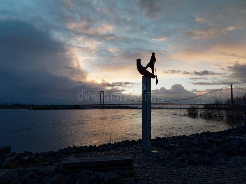Bekijk de voorstelling van de Emmerich Rhine naar de Rijnbrug bij de overstroming op een troebele winteravond stock afbeeldingen
