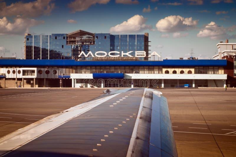Bekijk door venster de luchthaven van Moskou. stock foto's