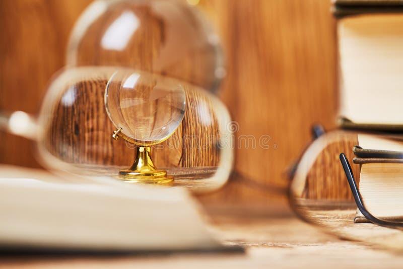 Bekijk een transparante bol door de glazen van de leraar royalty-vrije stock fotografie