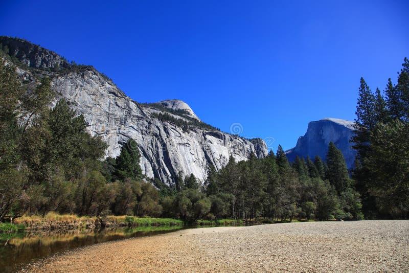Bekijk Half Noodlot in het nationale park van Yosemite in de V.S. royalty-vrije stock foto's