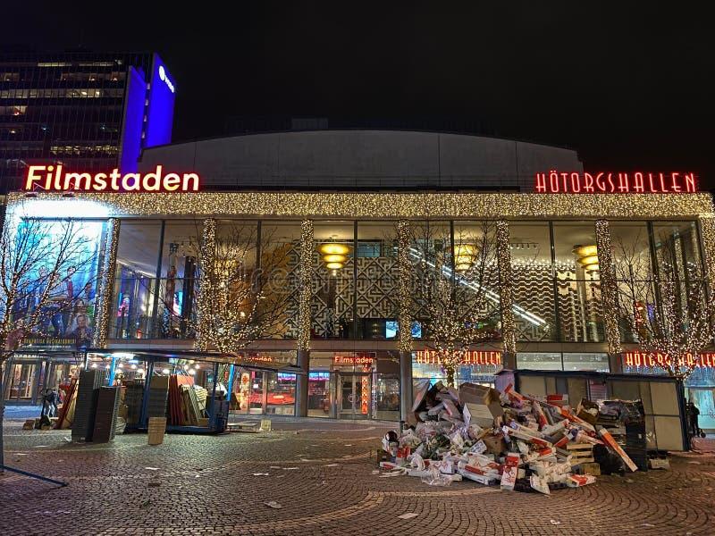 Bekijk het bioscoop Filmstaden met verlichte kerstverlichting, vuilnis en vuilnis in de openlucht stock afbeeldingen