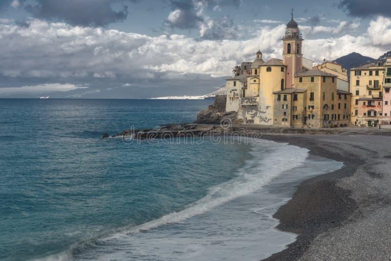 Bekijk het strand naar de kerk in Camogli stock foto's