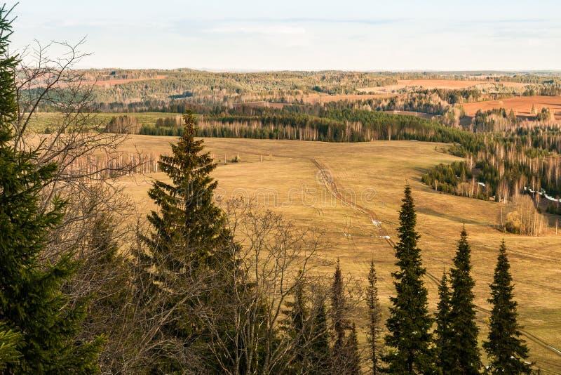 Bekijk van de top van de heuvel naar velden, groeven, windende wegen en toppen van filie in het vroege voorjaar royalty-vrije stock foto