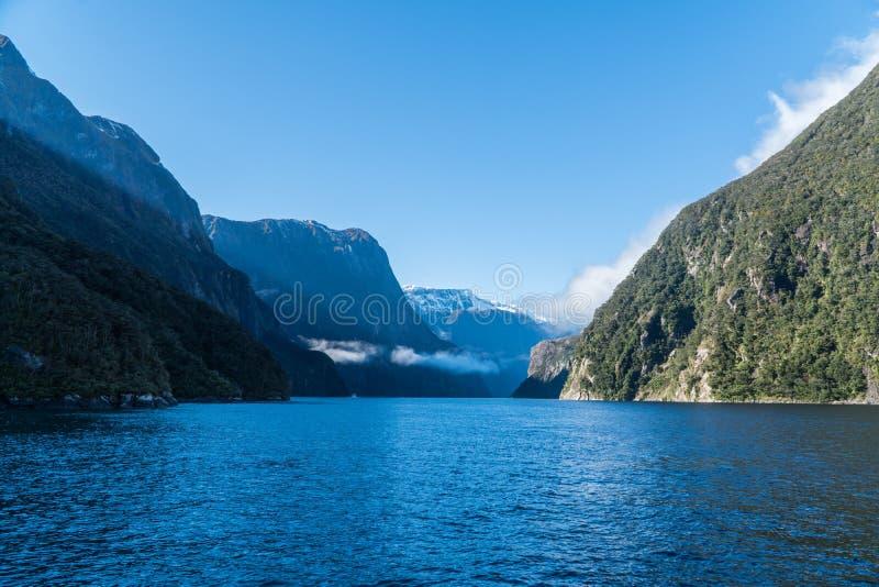 Bekijkend door de vallei Milford-Geluid, Nieuw Zeeland stock fotografie