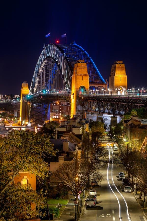 Bekijkt onderaan de weg naar Sydney Harbour Bridge bij nacht stock afbeelding