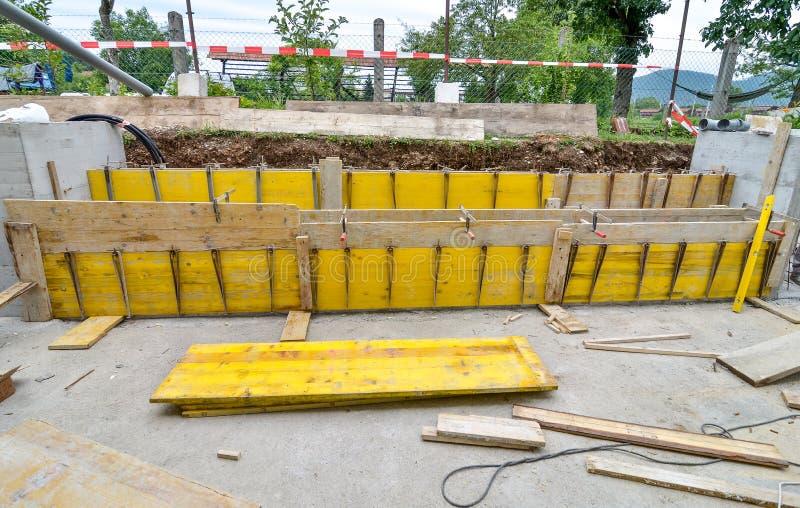 Bekisting voor de concrete omheining in een terras van het familiehuis stock fotografie