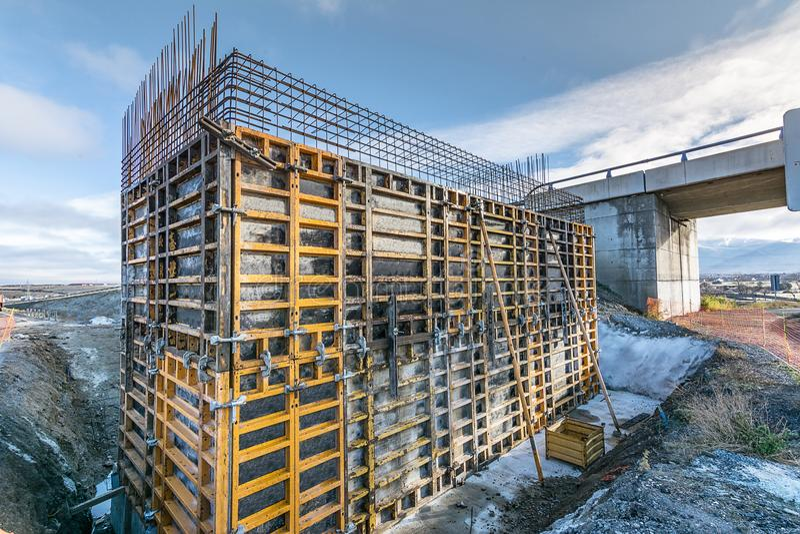 Bekisting voor de totstandbrenging van een pijler voor de bouw van een viaduct stock afbeeldingen