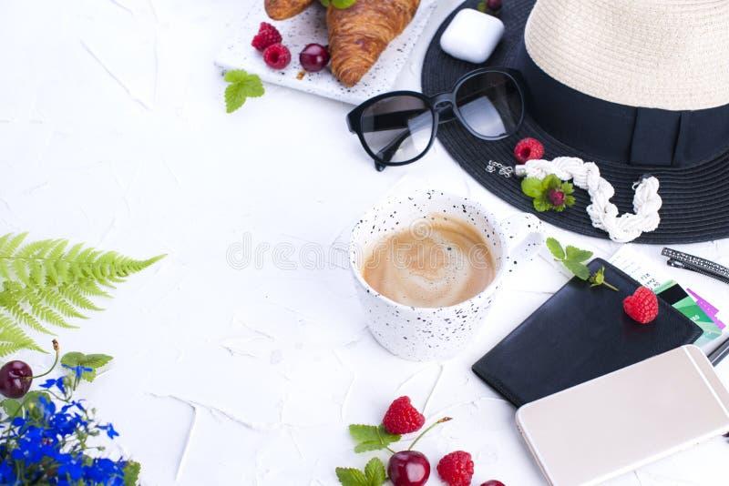 Beklär moderiktigt mode för kvinnan collage på vit, den lekmanna- lägenheten, bästa sikt Tillbehör för kvinna` s planerande semes royaltyfria foton