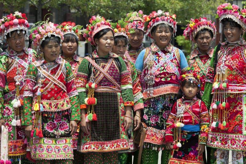 beklär traditionella kvinnor yi för minoritet royaltyfria foton