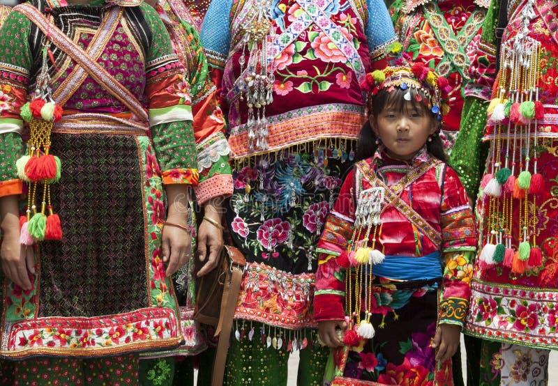beklär traditionella kvinnor yi för minoritet arkivfoton