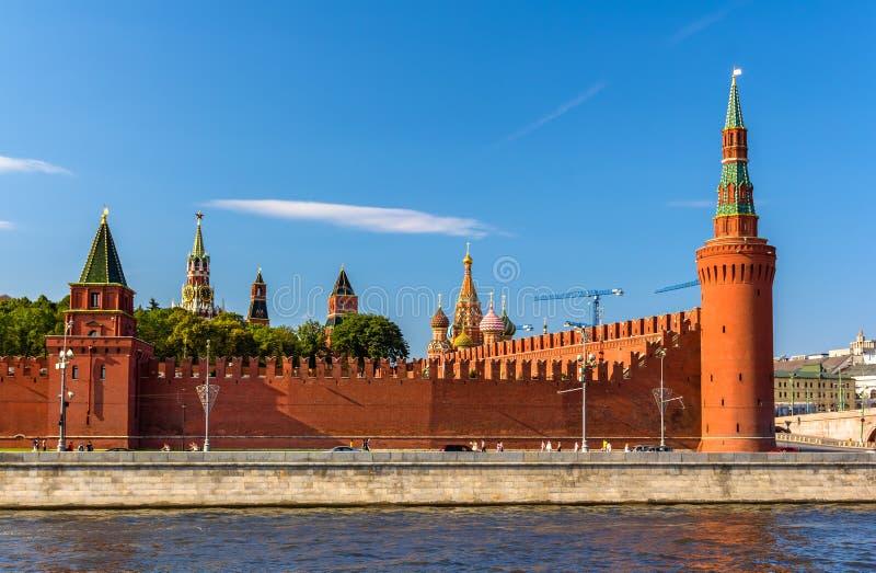 Beklemishevskaya och Petrovskaya torn av MoskvaKreml arkivbilder