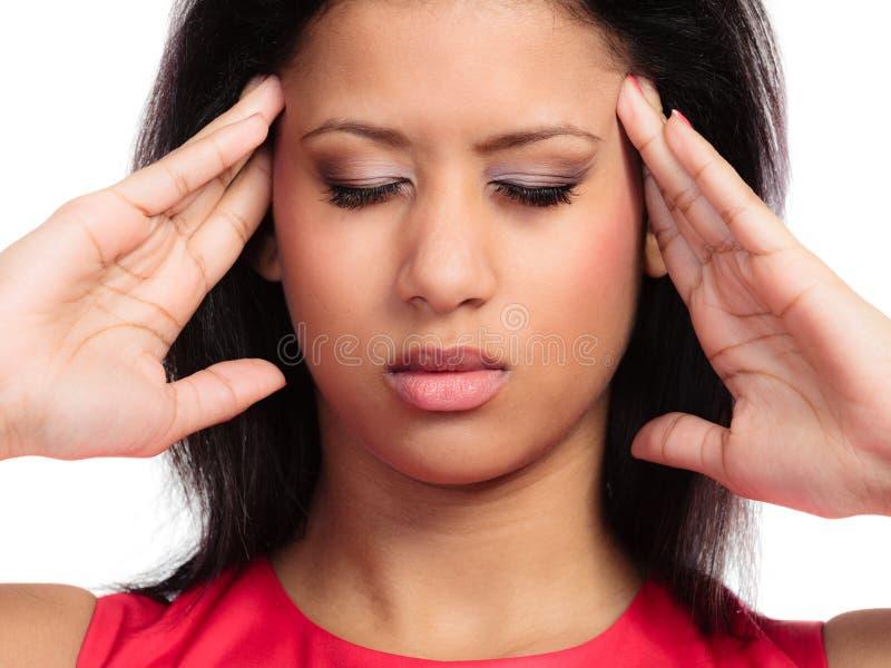 Beklemtoond jong vrouw ongerust gemaakt meisje die aan hoofddiepijn lijden op wit wordt geïsoleerd Hoofdpijn en migraine stock afbeeldingen
