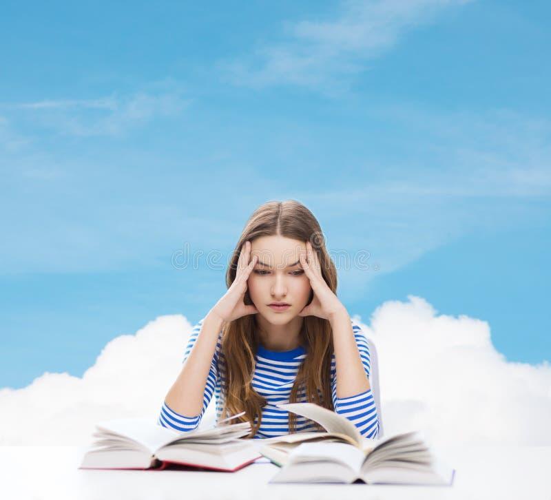 Beklemtoond studentenmeisje met boeken stock afbeeldingen