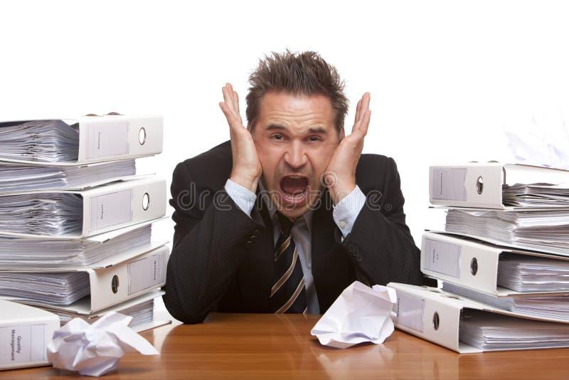 Beklemtoonde bedrijfsmensenschreeuwen die in bureau worden gefrustreerd royalty-vrije stock afbeeldingen