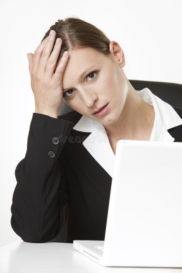 Beklemtoonde bureau-werkende vrouw stock afbeelding