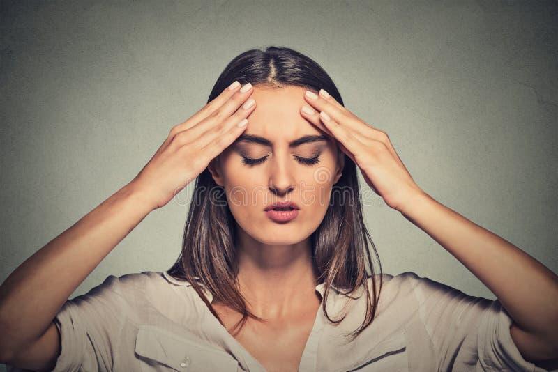 Beklemtoonde droevige jonge vrouw met gesloten ogen het hebben van slechte dag royalty-vrije stock foto's