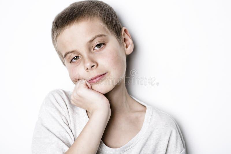 Beklemtoonde droevige jongen op studio stock afbeeldingen