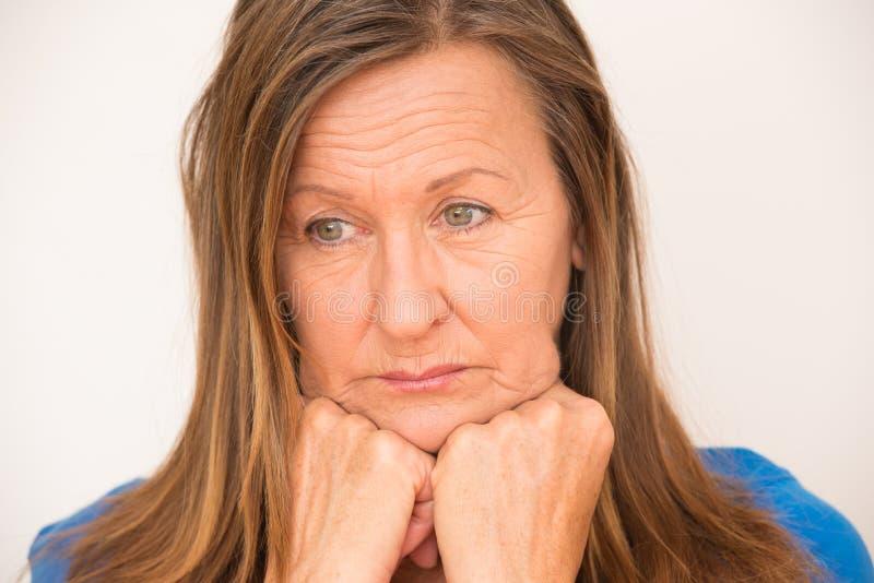 Beklemtoonde gedeprimeerde rijpe vrouw royalty-vrije stock foto