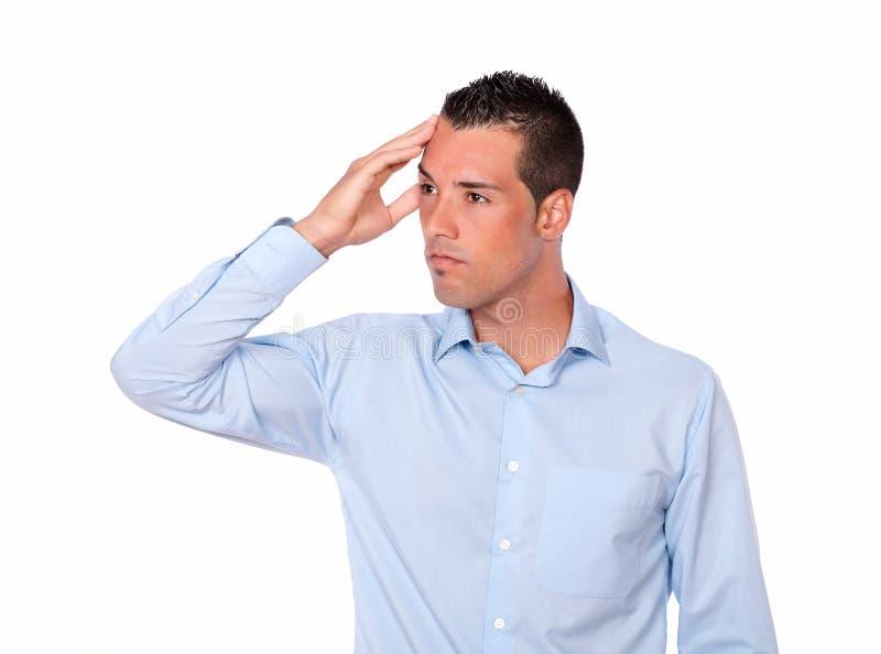 Beklemtoonde jonge mens met hoofdpijn royalty-vrije stock afbeelding