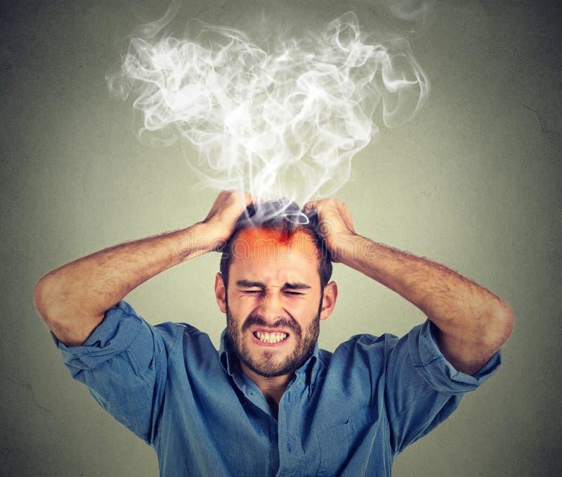 Beklemtoonde mens die hoofdpijnstoom hebben die omhoog komen stock afbeeldingen