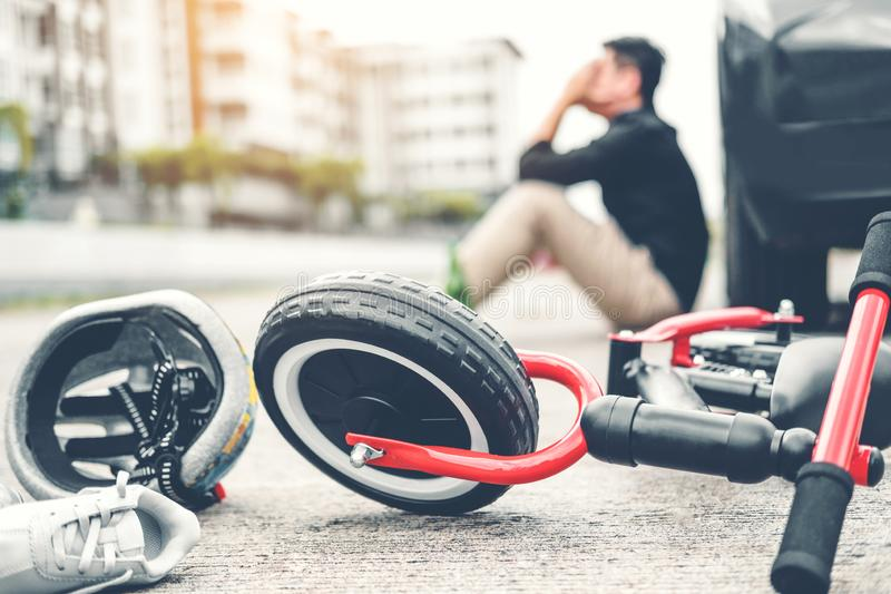 Beklemtoonde mens die na de neerstorting van de Ongevallenauto met de fiets van kinderen lijden stock afbeelding