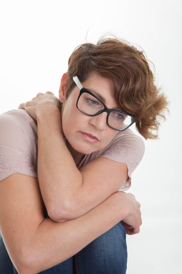 Beklemtoonde ongerust gemaakte eenzame gedeprimeerde vrouw stock afbeelding