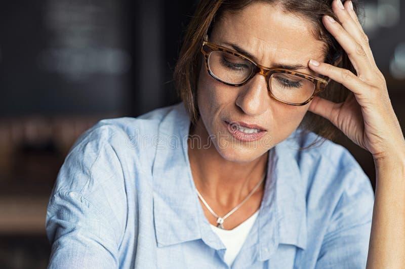 Beklemtoonde vrouw die oogglazen dragen stock fotografie
