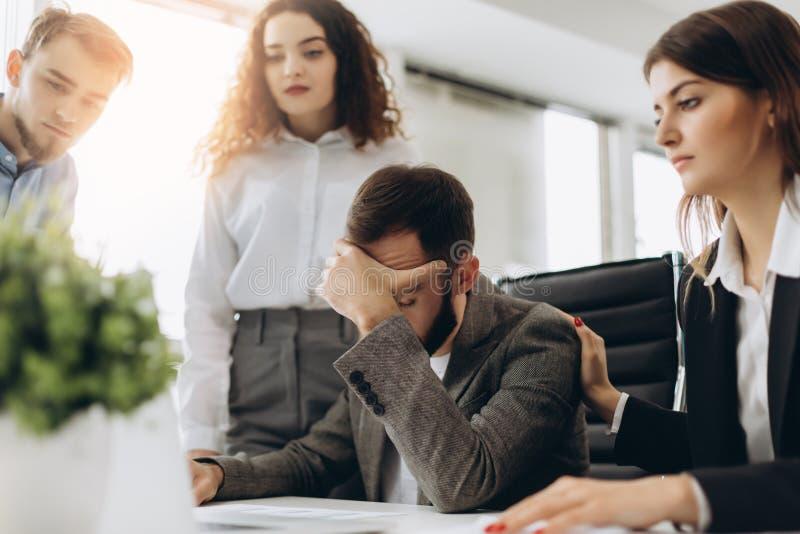 Beklemtoonde werkgever die probleem hebben op commerciële vergadering in bureau stock afbeelding