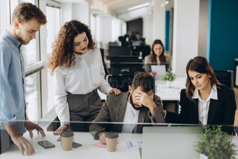 Beklemtoonde werkgever die probleem hebben op commerciële vergadering in bureau stock fotografie