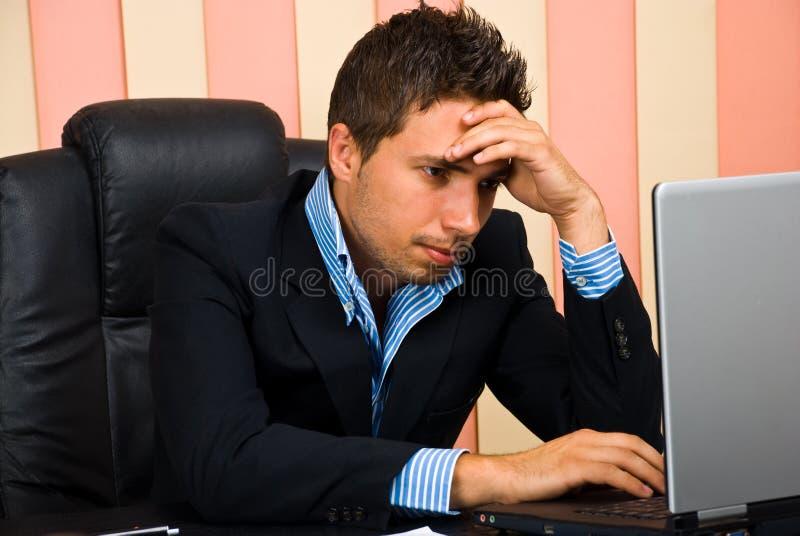Beklemtoonde zakenman die Internet doorbladert stock afbeeldingen