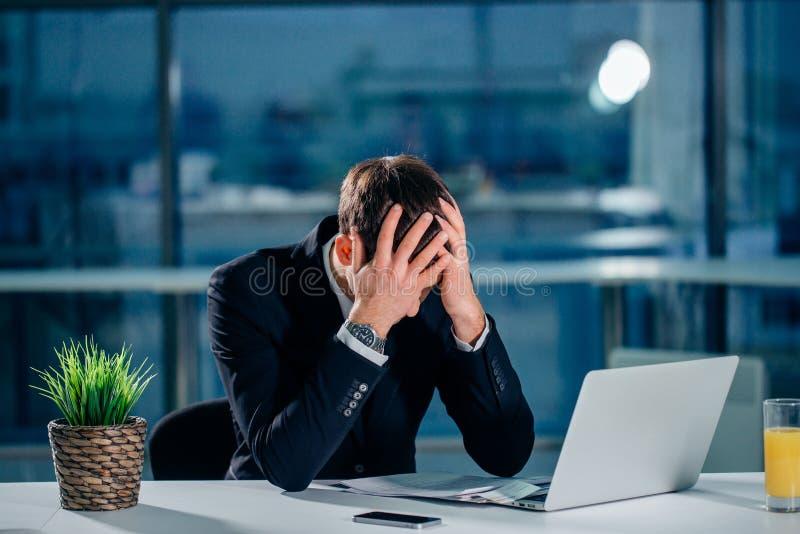 Beklemtoonde zakenman die problemen en hoofdpijn hebben op het werk royalty-vrije stock foto