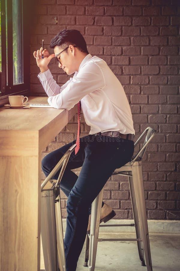 Beklemtoonde zakenman die problemen en hoofdpijn hebben op het werk stock foto