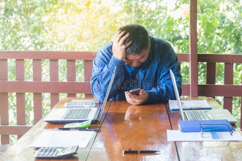 Beklemtoonde zakenman die problemen en hoofdpijn, Onjuiste adm hebben stock foto