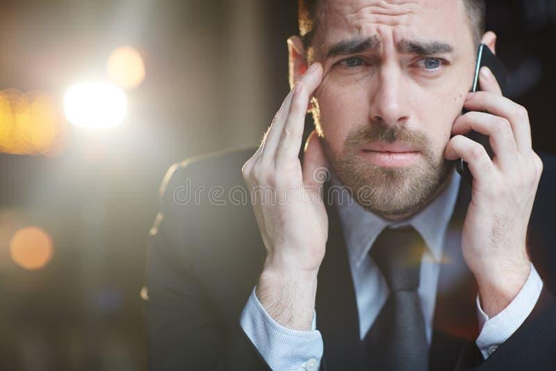 Beklemtoonde Zakenman Making Phone Calls stock fotografie