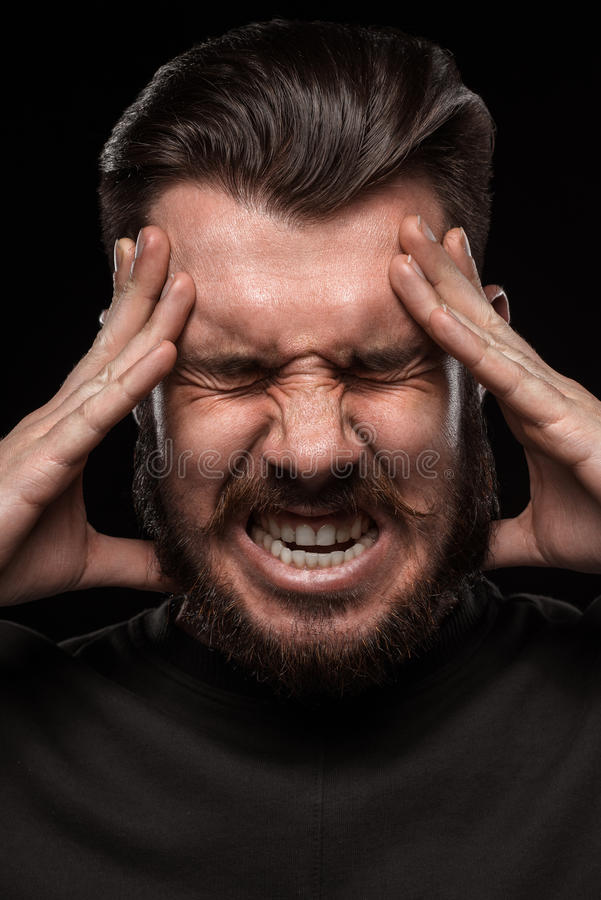 Beklemtoonde zakenman met een hoofdpijn over zwarte royalty-vrije stock foto