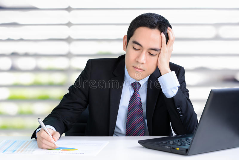 Beklemtoonde zakenman met hand op zijn hoofd royalty-vrije stock foto
