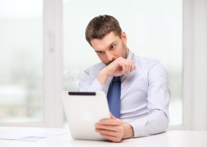 Beklemtoonde zakenman met tabletpc en documenten stock afbeelding