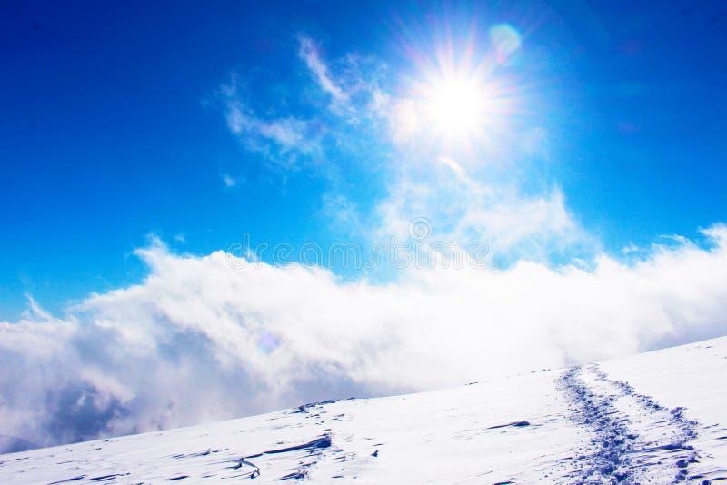 Beklim aan de wolken royalty-vrije stock afbeelding