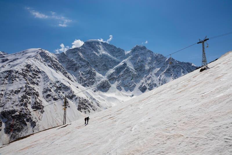 Beklim de berg op de rode sneeuw royalty-vrije stock foto's