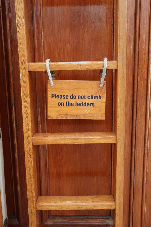 Beklim niet op het laddersteken royalty-vrije stock foto