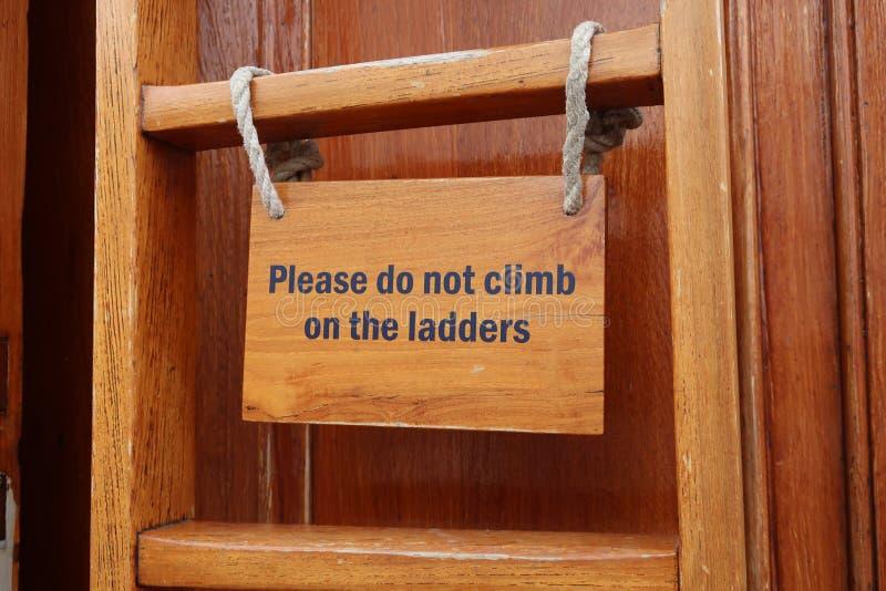 Beklim niet op het laddersteken stock fotografie