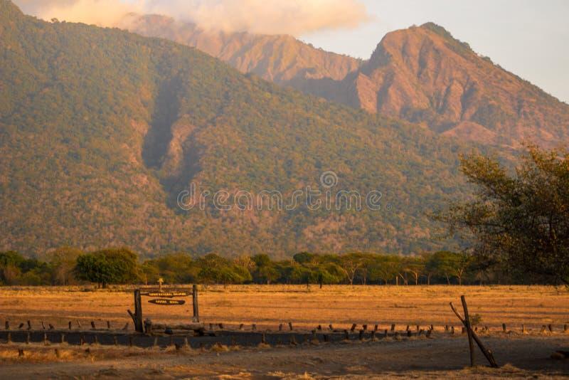 Bekol-Zeichen mit Berg im Hintergrund stockbilder