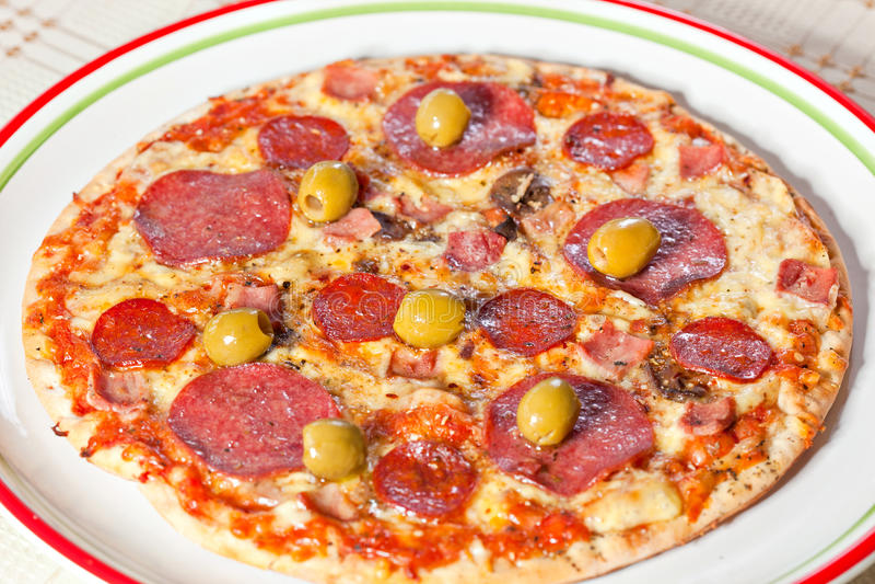 Bekon i pepperoni pizza fotografia stock