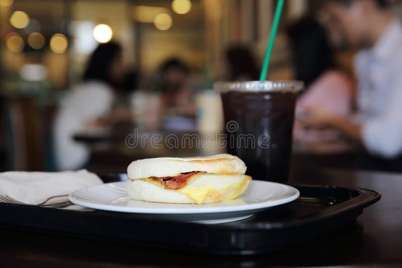 Bekonowa i smażąca jajeczna rolka z kawą zdjęcia royalty free