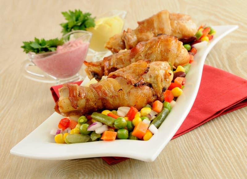 bekonowi kurczaka nogi pieczeni warzywa zawijający zdjęcie royalty free