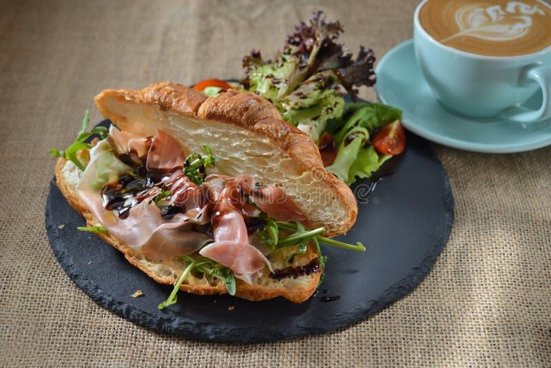 Bekonowy Croissant rakiety babeczki śniadanie obrazy stock
