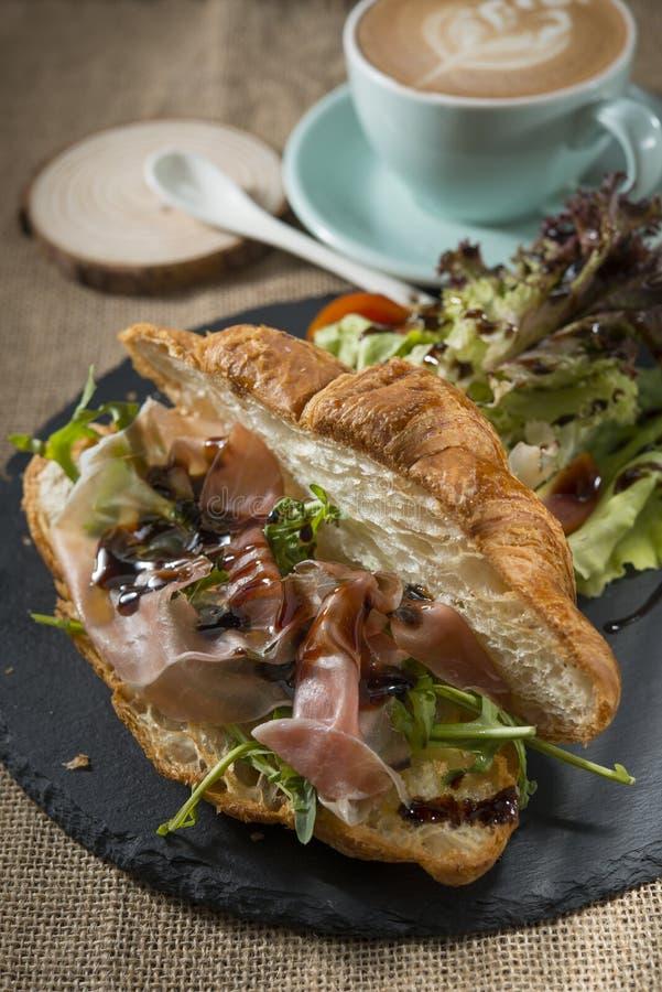 Bekonowy Croissant rakiety babeczki ?niadanie obraz royalty free